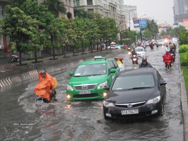 Tốn hàng chục nghìn tỉ đồng, thành phố vẫn ngập