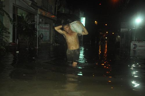 """Người Sài Gòn trắng đêm """"đắp đê"""" ngăn đỉnh triều"""