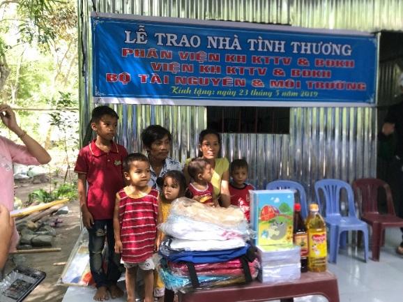 Phân viện Khoa học Khí tượng Thuỷ văn và Biến đổi Khí hậu đã trao tặng một căn nhà tình thương cho hộ gia đình anh Châu Danh
